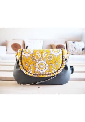 Sivá kabelka s žltým ornamentom