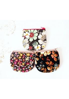 Peňaženka - veľké bledé kvety na tmavosivej